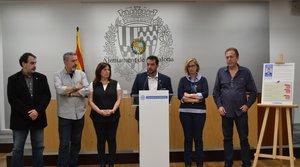 Álex Pastor, alcalde de Badalona, en rueda de prensa con su equipo.