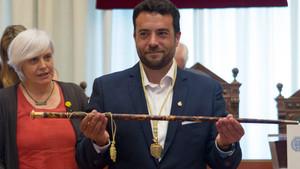 Àlex Pastor, con la vara de alcalde de Badalona, ante Dolors Sabater.