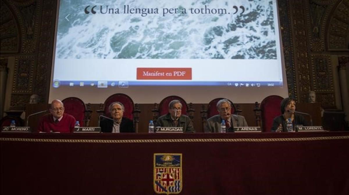 Algunos de los impulsores del manifiesto contra el bilingüismo, en la presentación del documento, en la Universitat de Barcelona.
