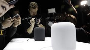 El altavoz inteligente HomePod, fotografiado durante la conferencia de desarrolladores de Apple en San José (California).