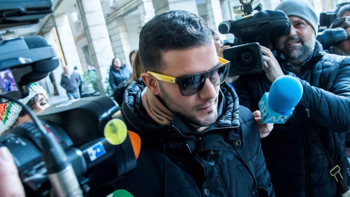 Ángel Boza, de la Manada, sale de los juzgados de Sevilla, el día en el que el Tribunal Superior de Justicia de Navarra ha confirmado la condena de 9 años de prisión a cada uno de los cinco miembros del grupo.