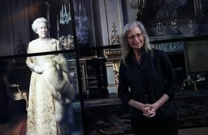 Annie Leibovitz, junto al retrato de la reina de Inglaterra, en la exposición Women. New Portraits, en Londres.