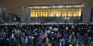 BUC04. Bucharest (Romania), 11/02/2017.- Romanians wave placards while chanting slogans during a protest against government in front of government headquarters, in Bucharest, Romania, 11 February 2017. Following mass protests, Romanias government on 05 February repelled their controversial ordnance after on 04 February 2017 they announced the withdrawal of the disputed bill passed late 31 January as a government ordinance to pardon those sentenced to jail terms shorter than five years, and justice minister resigned on 08 February. Hundreds of people continue to gather and protest, despite low temperatures, after finishing their job hours, demanding now the governments resignation. (Bucarest, Protestas, Rumanía) EFE/EPA/ROBERT GHEMENT