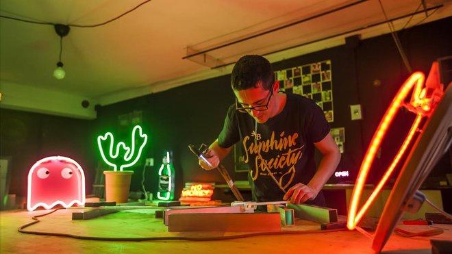 En Luminosos Villoro trabajan con el neón desde hace dos generaciones.