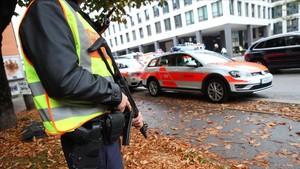 Un oficial de la policíacustodia el sitio donde un hombre ha herido a varias personas en un ataque con cuchillo en Munich.