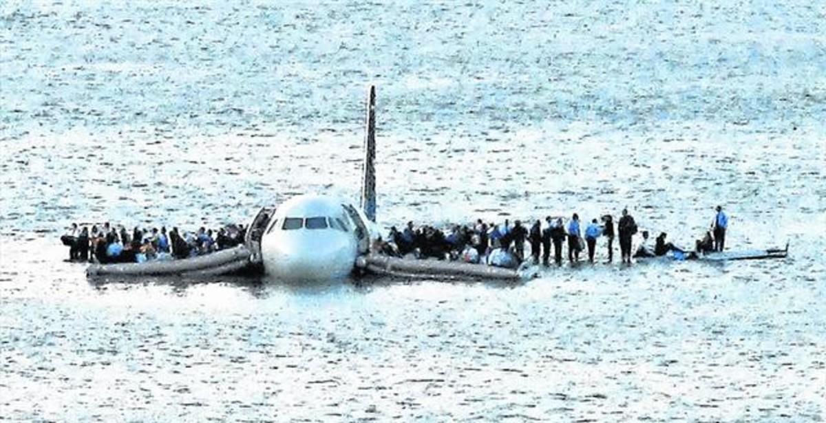 El avión de US Airways siniestrado, flotando sobre el río Hudson.