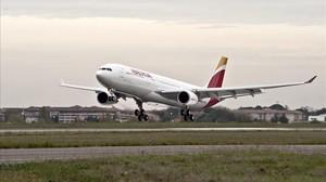 Un avión se dispone a despegar en una imagen de archivo.