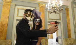 Dos de los participantes en la fiesta se hacen una foto.