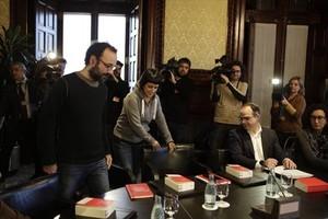 Benet Salellas y Anna Gabriel (CUP) y Jordi Turull y Marta Rovira (Junts pel Sí), en la reunión de la Junta de Portavoces del Parlament, ayer.