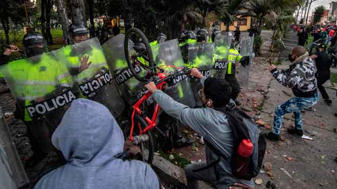 Decenas de manifestantes que reclaman justicia en el caso del abogado Javier Ordóñez, que murió tras ser víctima de la violencia policial durante un arresto en Bogotá, se enfrentaron este miércoles con la Policía en la calle donde estuvo detenido antes de ser llevado a un hospital.