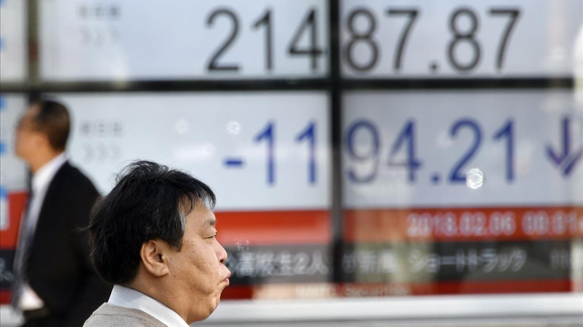 Operadores de la bolsa contemplan los datos económicos del día.