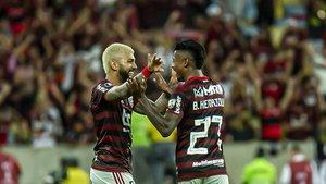 Bruno Henrique, el jugador del Flamengo, celebra un gol con su compañero Gabriel Barbosa en Maracaná.