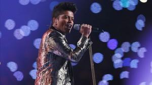 Bruno Mars, durante su actuación en la Super Bowl.