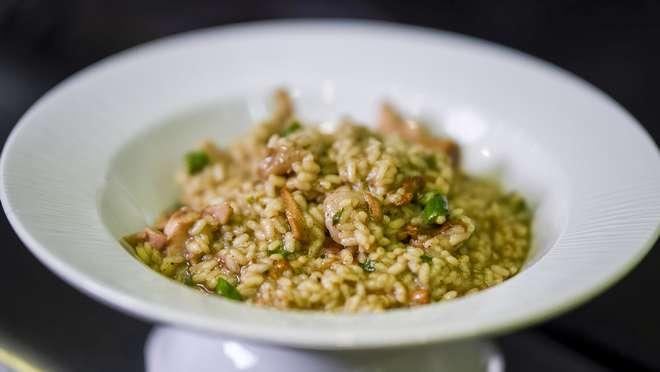 El chef del restaurante Dos Torres, Carlos Cases, explica cómo hace la receta de su vida: un arroz caldoso de pollo, conejo, espárragos trigueros y trufa .