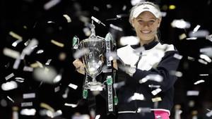 Caroline Wozniacki celebra su éxito en el Masters femenino.