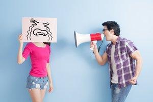 Un chico grita a una chica con un megáfono.
