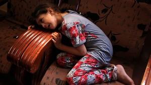 La hermana deMumin AbúAyeda llora la muerte de su hermano de 15 años que falleciópor disparos de soldados israelís durante una protestas en Gaza este jueves.