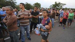 Cola para recibir una bolsa con alimentos subsidiados por el Gobierno de Nicolás Maduro cerca del puente internacional de Tienditas en las afueras de Urena, Venezuela.