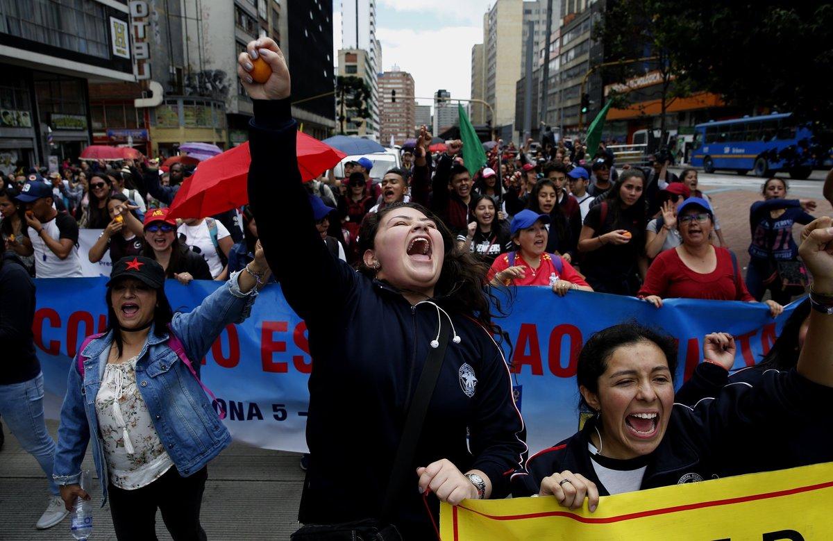 Manifestantes participan en la jornada de Paro Nacional en el centro de Bogota, Colombia.