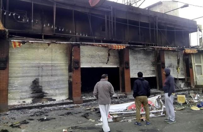 Comercios quemados por los manifestantes en la ciudad de Rohtak, en el estado de Haryana.