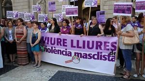 Concentración contra la violencia machista ante el Ayuntamiento de Barcelona, el pasado junio.
