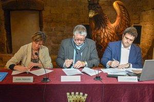 La consellera de Salut, Alba Vergès, el alcalde de Cornellà, Antonio Balmón, y el director del CatSalut, Adrià Comella, durante la firma del convenio este jueves
