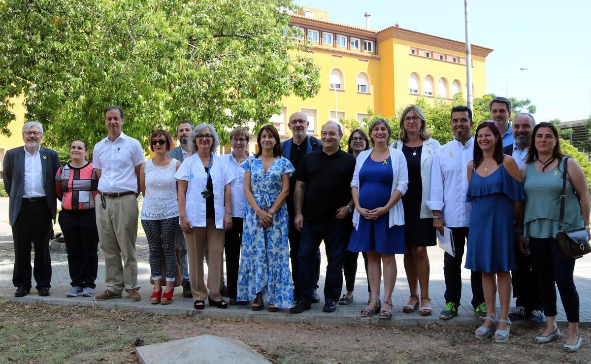 La consellera de Salut, Alba Vergés, junto a los alcaldes de los municipios de la zona y trabajadores a las puertas del Hospital