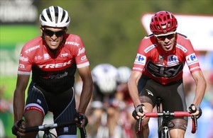 Alberto Contador y Chris Froome llegan juntos a la meta de Santo Toribio, en Cantabria.