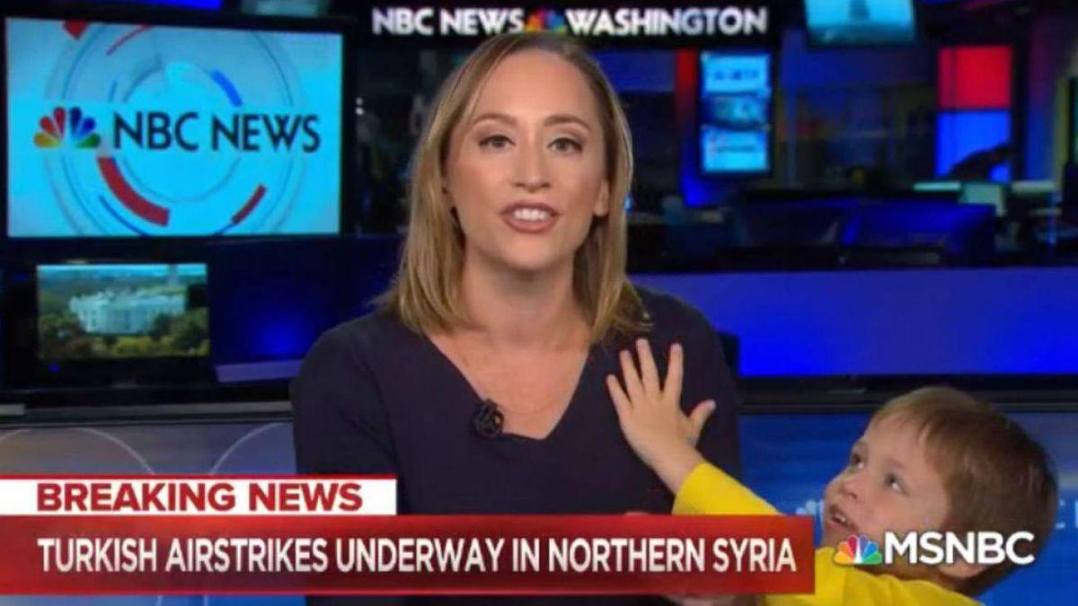 La corresponsal de la NBC Courtney Kube, en el momento en que es interrumpida por su hijo, en pleno directo, este miércoles