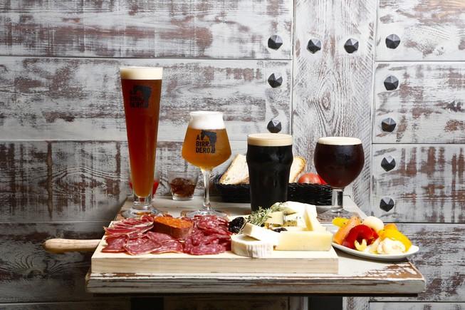 De izquierda a derecha, las cervezas tipo märzen, pumkin ale, milk stout y Quadrupel servidas en el 'brew pub' Abirradero.