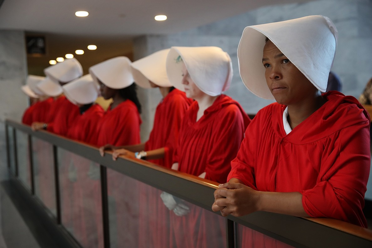 Un grupo de activistas protesta por el nombramiento de Brett Kavanaugh vestidas como El Cuento de la Criada.
