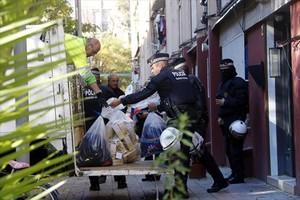 DECOMISO Unos guardias sacan productos falsificados, el 24 de noviembre.
