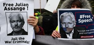 Defensores de Julian Assange, ante la corte de Londres.