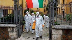 Desinfección de calles de Roma, este sábado.