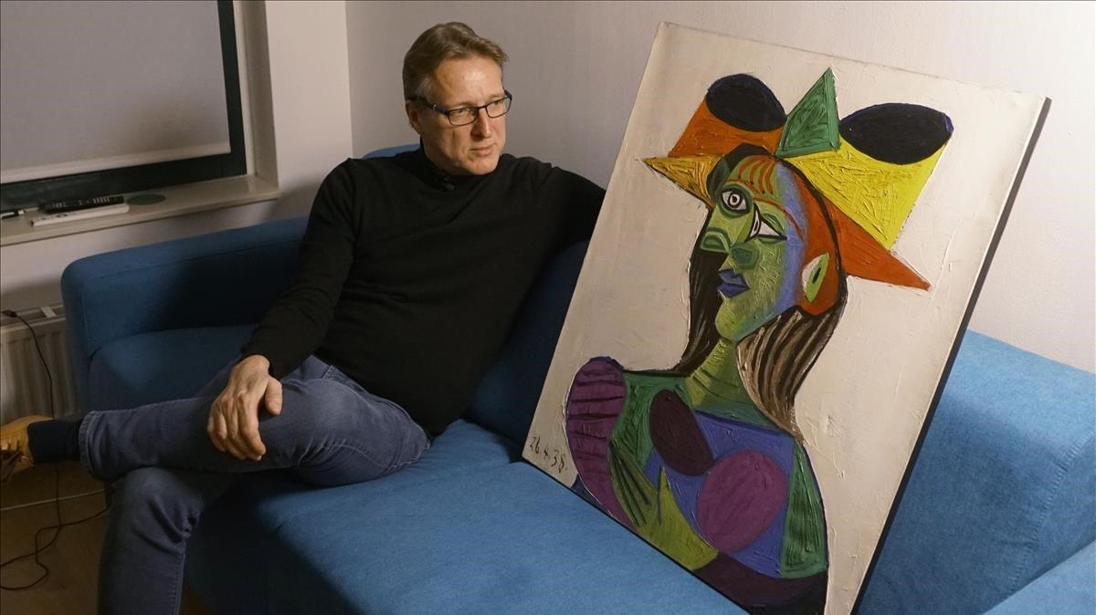 El detective Arthur Brand posando con el Picasso robado.