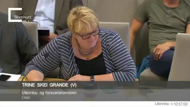 La diputada liberal noruega Trine Skei Grande, jugant al Pokémon en una sessió parlamentària.