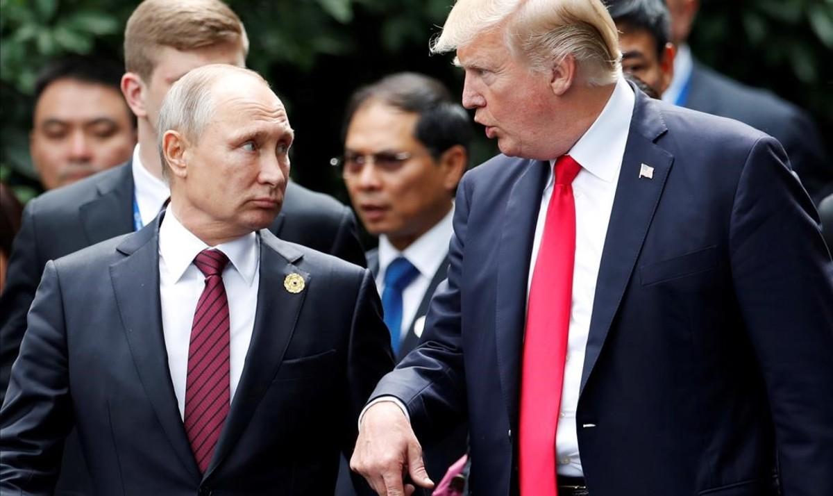 Donald Trump y Vladimir Putin durante un encuentro en Vietnam, en noviembre del 2017.