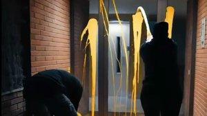 Dos miembros de Arran lanzan pintura amarilla en la vivienda de Llarena.