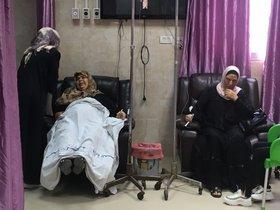 Dos mujeres de Gaza enfermas de cáncerreciben tratamiento.