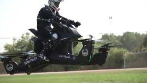 La Policia de Dubai entrena amb motos voladores