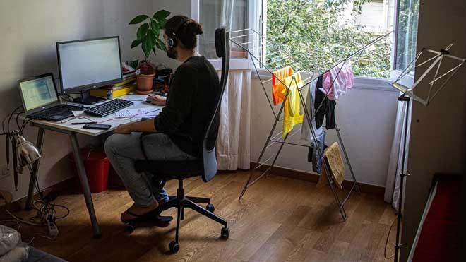 Entra en vigor la ley que regula el teletrabajo. En la foto, un empleado de una consultora farmacéutica trabaja desde su casa.
