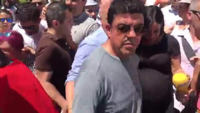 Un momento del escrache de miembros de la PAH a Begoña Villacís, candidata de Ciuidadanos a alcaldesa de Madrid, en la salida de la verbena de San Isidro.
