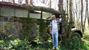 El escritor Ken Kesey, en el año 2000 junto a los restos de su famoso autobús, Furthur.