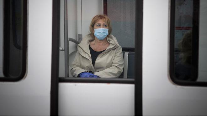 España obliga a usar mascarillas en el transporte público. En la foto, una mujer se protege en el metro de Barcelona.