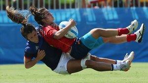 La española Patricia García, plazada por la francesa Elodie Guiglion en un partido de rugby de los Juegos de Río.