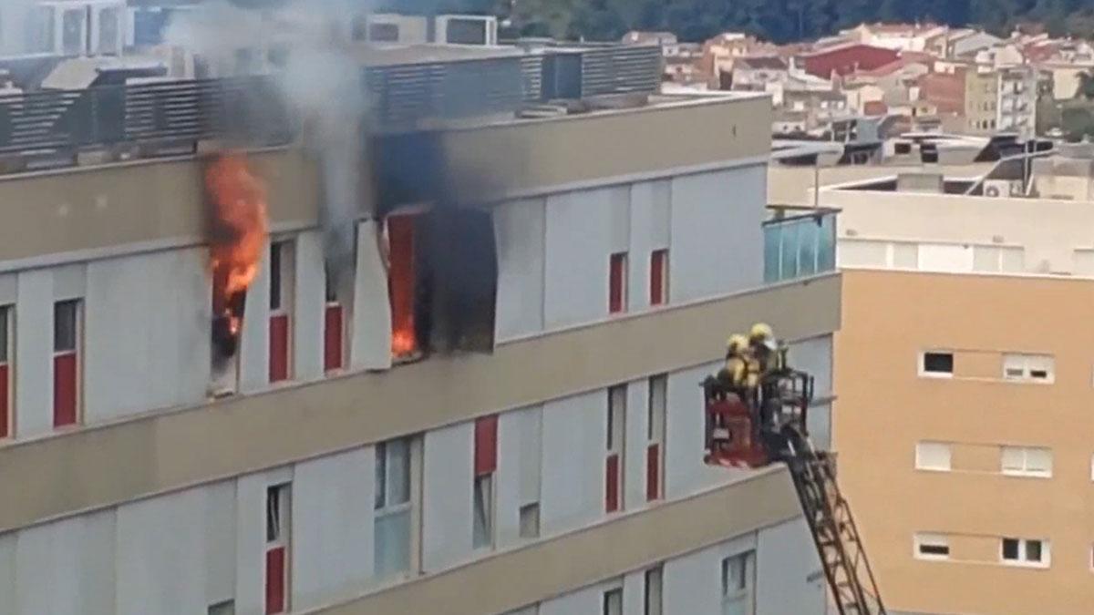 Espectacular incendio en un piso de Terrassa.