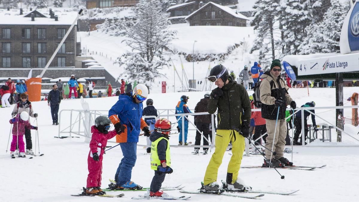 Una familia en una estación de esquí.