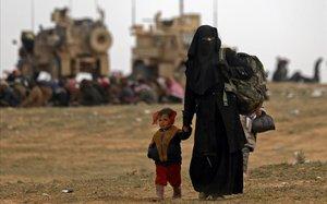 Una madre con sus hijos en territorio yihadista del Estado Islámico.