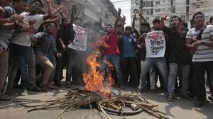 Estudiantes de Bangladesh se manifiestan tras el asesinato del bloguero liberal Nazimuddin Samad el pasado miércoles.