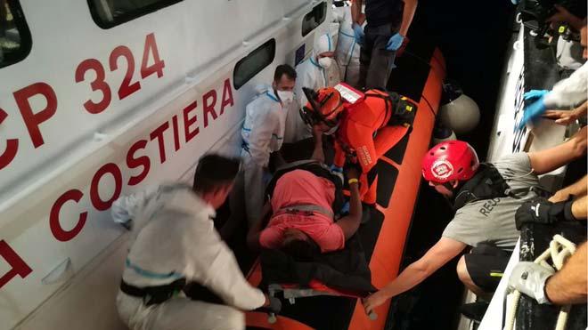 Evacuadas dos mujeres embarazadas del 'Open Arms' en el Mediterráneo, como explica la jefa de misión de Proactiva Open Arms, Anabel Montes.